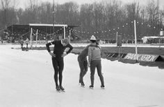Het Stadspark NK schaatsen op 10 januari 1976. Op de foto Hans van Helden, Piet Kleine en Leen Pfrommer - Foto's SERC