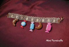 bracelet enfant ruban de dentelle ancienne et breloques gourmandises en pâte fimo mini croissants et bonbons rose et bleu : Bijoux enfants par mimi-vermicelle-pour-enfants