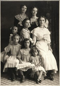 A portrait of a Mother and her seven daughters don't often see people in these old photos that are beautiful by modern standards. These girls are unusually beautiful. Hard to guess which one is the mother. Vintage Pictures, Old Pictures, Vintage Images, Old Photos, Vintage Family Photos, Vintage Children Photos, Antique Photos, Shorpy Historical Photos, Photo Archive