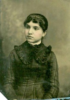 An amazing photo collection shows dresses that Victorian teenage girls often wore from the century. Victorian Portraits, Portrait Photo, Victorian Era, Google Search, News, Amazing, Girls, Photos, Painting