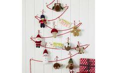 ¿Vives en un piso pequeño y no sabes cómo colocar tu árbol de Navidad? Ningún problema. Cuélgalo de la pared. Aquí te enseñamos cómo hacerlo y otras ideas muchas ideas navideñas.