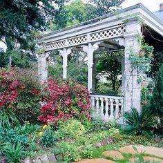 victorian pergola designs | Holzgeschnittene Pergola im Garten macht einen tollen Eindruck und ...