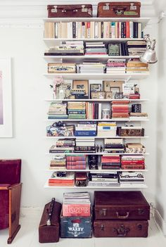 way to do an entire library on floating shelves!Great way to do an entire library on floating shelves! Bookshelf Styling, Bookshelves, Library Shelves, Library Wall, Diy Interior, Room Interior, Interior Design, Studio Decor, Vintage Bookshelf