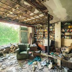Librería de una casa abandonada, fotografiada por Michael Schwan Abandoned, Pergola, Outdoor Structures, Portugal, Travel, Halloween, Places, Abandoned Homes, Abandoned Places