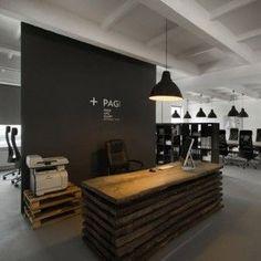 Tábuas de madeira reciclada e pallets empilhados como móveis neste escritório em Cracóvia pelo projetistas poloneses do Morpho Estúdio. Cool Upcycle#
