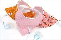 Bandana Style Baby Drool Bibs with Binky Leash - Diy Baby Gifts, Baby Crafts, Baby Sewing Projects, Sewing For Kids, Bandana Bib Pattern, Baby Bib Tutorial, Baby Bibs Patterns, Sewing Patterns, Diy Bebe