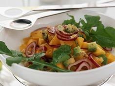 Fruchtige Salat-Kombi: Mangosalat mit Avocado, Rucola und roten Zwiebeln