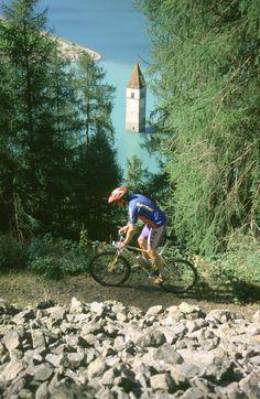 Biker und der Turm im Reschensee