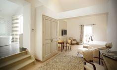 Auberge du Paradis (Saint-Amour-Bellevue) : chambre sésame. Repos absolu dans des tons crèmes... J'aime les petits escaliers qui mène à la salle de bain à gauche !