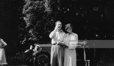 romanziere inglese Rosamund Lehmann con il marito Wogan Philips, in seguito Lord Milford, e Dora Carrington (sfondo) a Ipsden House, Oxford.
