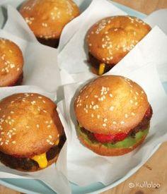 Kinder Muffins, die aussehen wie Burger: Mit zwei verschiedenen Muffin-Teigen und ein paar Früchten sind sie der Star auf jedem Kindergeburtstag!