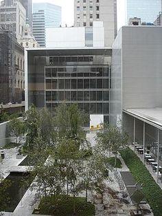 El Museo de Arte Moderno (MoMA) es un museo de arte en el centro de Manhattan  en la calle 53, entre la Quinta y la Sexta Avenida. Ha sido importante en el desarrollo y acogida de arte modernista y es a menudo identificado como el museo más influyente del arte moderno en el mundo.