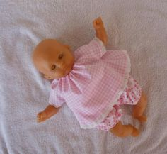 Une jolie robe vichy rose avec bloomer à pois roses, pour poupon de 30 cm. MCL Poupées, vêtements pour les poupées et les poupons