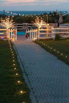 Bastoncini luminosi Garden Sticks illuminano il vialetto che porta alla tua festa in piscina