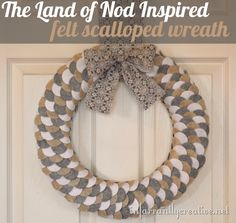 Felt Wreath (Land of Nod Inspired Felt Scalloped Wreath) Tutorial Felt Wreath, Wreath Crafts, Diy Wreath, Wreath Ideas, How To Make Wreaths, Crafts To Make, Diy Crafts, Felt Diy, Felt Crafts