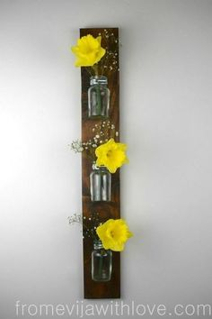 Turn old pallets into this gorgeous hanging wall idea! Turn old pallets into a gorgeous DIY hanging wall vase with the tutorial for this cute home decor craft project! Hanging Wall Vase, Macrame Hanging Chair, Hanging Flower Wall, Diy Hanging, Woven Wall Hanging, Tapestry Wall Hanging, Wall Vases, Pallet Crafts, Diy Pallet