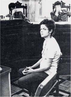 #1970, imagem da presidente #Dilma Rousseff aos 22 anos, sendo interrogada na sede da Auditoria Militar do Rio de Janeiro.