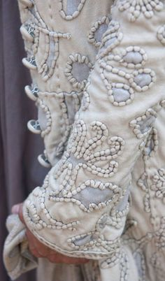 sweetpeapath: Embroidered coat by Alabama chanin Hand-embroidered Couching embroidery idea for reverse applique Textiles, Hand Embroidery, Embroidery Designs, Embroidery Stitches, Embroidery Materials, Sewing Stitches, Custom Embroidery, Couture Main, Art Du Fil