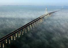 El puente más largo sobre el mar Fotografía aérea tomada el 29 de junio de 2011, en los días previos a su inauguración, del puente de la bahía de Jiaozhou en Qingdao, en la provincia del este de China de Shandong. Se trata del puente más largo del mundo que cruza el mar, con 36,48 kilómetros. Conecta los núcleos urbanos de la ciudad de Qingdao y el distrito de Huangdao, y acorta la ruta entre estos enclaves en 30 kilómetros. YAN RUNBO