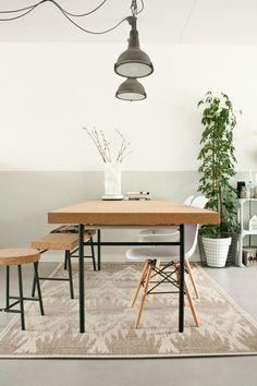 """keuken - Eettafel, kruk en bankje Sinnerlig van Ikea, stoelen van Kwantum, kleed van Wehkamp, lambrisering """"Zee"""" van Histor"""