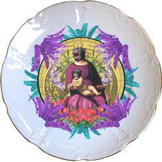Gran plato antiguo de porcelana Holandesa 25cm Ø con bordes en oro y aplicación de nuestra imagen Queen of the Apes. Preferentemente para uso decorativo, no apto para lavavajillas y microondas.