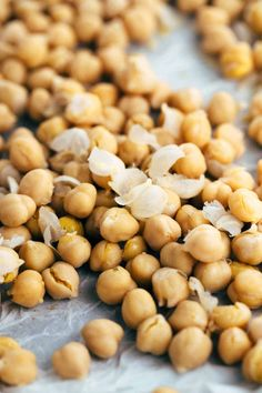 How To Make Crispy Roasted Chickpeas in the Oven - A simple guide for crunchy legumes that are the perfect healthy snack or addition on top of salads and soups. Diet Dinner Recipes, Healthy Snacks, Healthy Recipes, Raspberry Smoothie, Fruits And Vegetables, Vegan Gluten Free, Chickpeas, Roast, Soups