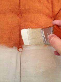 Cambiar totalmente de aspecto un sillón y el color de la tapicería; Para pintar la tela añadimos medium para tejido a nuestra pintura acrílica y a disfrutar con el color.