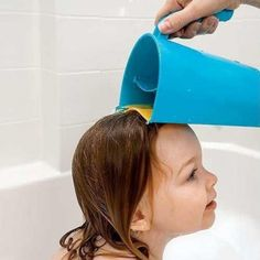 Shampoo Rinse Cup: A bath time accessory for hair washing that prevents soap and water running into children' face and eyes at bath time. Baby Tub, Baby Shower, Hair Shedding, Baby Bath Time, Baby Shampoo, Baby Jogger, Soap Bubbles, Head Shapes, Splish Splash