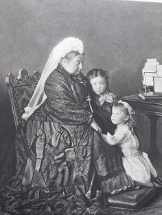 "Queen Victoria with her granddaughters, Alice of Albany and Margaret of Connaught (""Daisy""). Queen Victoria Family, Queen Victoria Prince Albert, Victoria And Albert, Reine Victoria, Victoria Reign, Elizabeth Ii, Victoria's Children, Kensington, Princess Alice"