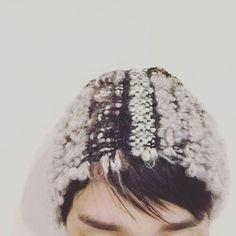 耳下から先をゴムにするのが 少しウニャウニャしたけれど 創ってみると色々イメージが膨らみました。 #ヘアバンド #handmade #handwoven #handweaving #さをり織り