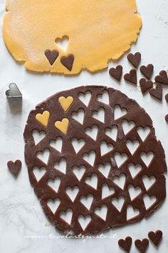 Intagliare con cuoricini la pasta frolla -Biscotti vaniglia e cacao
