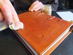 Libro stampato e rilegato in stile medievale con dorso cucito su nervi e finiture a caldo