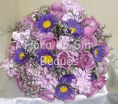 Buquê de noiva com rosas e flores do campo