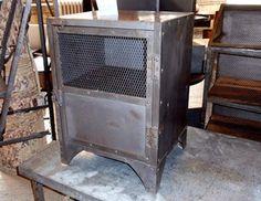 Το industrial Metal Locker φτιαγμένο από μέταλλο φέρνει ένα ιδιαίτερο κομμάτι στο χώρο μας. Μια βαριά κατασκευή με «άγρια» αισθητική και μοναδικότητα, εμπνευσμένη από τα γνωστά lockers των σταθμών, των σχολείων και σχετικά. Το διαθέτει