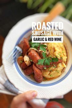 Delicious roasted sausage with soft garlic cloves and red wine. Serve it over a plateful of buttery mashed potatoes or creamy polenta: what a flavor bomb! Sausage Recipes, Pork Recipes, Cooking Recipes, Bratwurst, Smoked Haddock Risotto, Garlic Butter Mushrooms, Easter Dinner Recipes, Mediterranean Diet Recipes, Yummy Appetizers