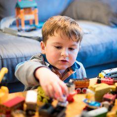 #Oyun, çocuğa sadece akademik yaşamda gerekli olan beklemeyi, dinlemeyi, bitirmeyi, sırayla oynamayı, oturarak oynamayı, bir oyun bitmeden başka bir oyuna geçmemeyi, dikkat süresini arttırmayı kazandırma yolu değildir; aynı zamanda duygularını, meraklarını ve ihtiyaçlarını ifade ettiği de bir alandır.