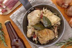 Il pollo alla birra con cipolle e speck, viene preparato rosolando i pezzetti di pollo con gli aromi, e unendo poi le cipolle e lo speck che cuoceranno insieme con la birra.