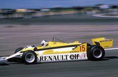 Un jour en France. #1981 Alain Prost au volant de la célèbre voiture jaune et noire. Ce dimanche Renault  fait son grand retour en Formule 1 lors du Grand Prix d'Australie.  Photo : Patrick Jarnoux/ #ParisMatch  Plus d'archives sur @parismatch_vintage by parismatch_magazine