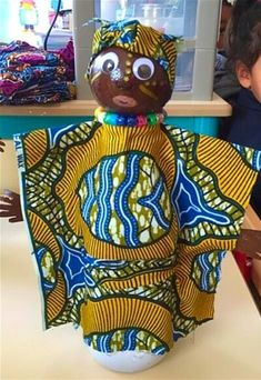These traditional African crafts for kids teach us about the rich and colorful heritage of the African continent! Play games, create art and have fun! African Dolls, African Girl, African Masks, African Art For Kids, African Violet, Africa Craft, African Art Projects, Afrique Art, Crafts For Kids To Make