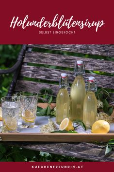 Rezept für einen selbst eingekochten Sirup von Holunderblüten. Erfrischend als Saft mit Mineralwasser oder mit Prosecco als Aperitif. Foodblogger, Alcoholic Drinks, Wine, Table Decorations, Glass, Snacks, Syrup, Juice, Hello Spring