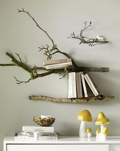 Build a shelf yourself - here come 13 ideas- Ein Regal selber bauen – hier kommen 13 Ideen Costs almost nothing and looks great: a shelf of branches! Tree Branch Crafts, Tree Branch Decor, Tree Branches, Decoration Branches, Nature Inspired Bedroom, Craft Shelves, Book Shelves, Mounted Shelves, Wall Shelves
