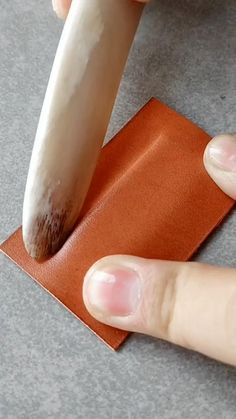 Leather Art, Sewing Leather, Leather Gifts, Leather Bags Handmade, Leather Tooling, Leather Diy Crafts, Leather Craft Tools, Leather Projects, Leather Card Wallet