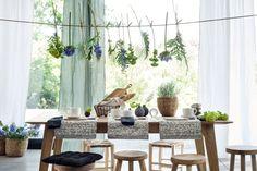 Piękne miski, drewniane deski do krojenia, koszyki na chleb i świeże kwiaty – zastaw stół do długiego, pysznego śniadania.