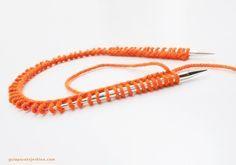 Para tejer un gorro con agujas circulares la manera más cómoda de trabajar es con un largo total de 40 cm de aguja, como se muestra en la fo...