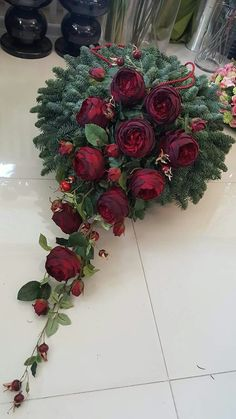 Znalezione obrazy dla zapytania Trendy funeral floristry: funeral wreaths with foliage and floral decorations Funeral Floral Arrangements, Christmas Floral Arrangements, Beautiful Flower Arrangements, Beautiful Flowers, Christmas Mesh Wreaths, Christmas Flowers, Christmas Decorations, Grave Decorations, Flower Decorations