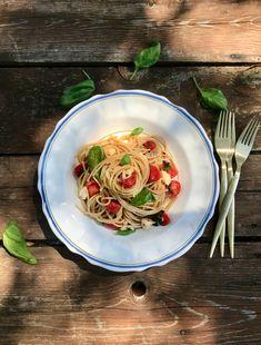 Μακαρόνια αλά καπρέζε, με σπαγγέτι ολικής άλεσης, ντοματίνια, μοτσαρέλα και βασιλικό. Πολύ γρήγορο, φρέσκο πιάτο ζυμαρικών, ελαφρύ, αρωματικό, γήινο, απόλυτα γευστικό, αγαπητό από μικρούς και μεγάλους, και ιδανικό για καλοκαίρι. Mozzarella, Spaghetti, Pasta, Ethnic Recipes, Food, Essen, Meals, Yemek, Noodle