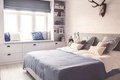 Leżanka pod oknem w sypialni tworzy bardzo wygodne miejsce do odpoczywania oraz w znaczący sposób dekoruje wnętrze....