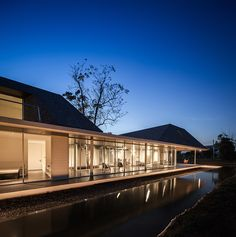 Sook Architects, Spaceshift Studio · Baan Rai Thaw Si ,The Family Weekend House Weekend House, Family Weekend, Tropical Architecture, Amazing Architecture, Thai House, Arch House, Mid Century Modern Living Room, Tropical Houses, Building Design