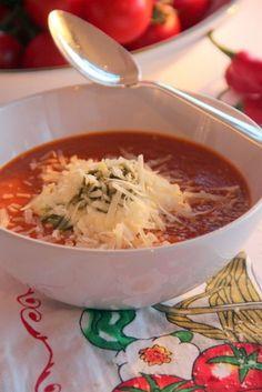 Zooooooo lekker.........er gaat niets boven verse tomatensoep met room, pesto en geraspte Parmezaanse kaas!