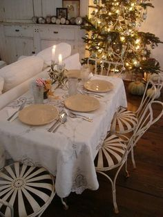 This is the little kids' table for a Christmas dinner party.  How adorable!